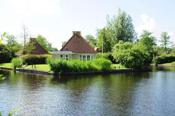 Vakantiehuizen aan het water op buitenplaats 39 it wiid 39 for Weekendje weg huisje open haard