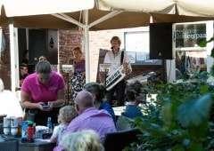 Genieten op het terras bij eetcafé de Meerpaal