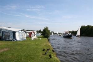 Kamperen in Friesland aan het water