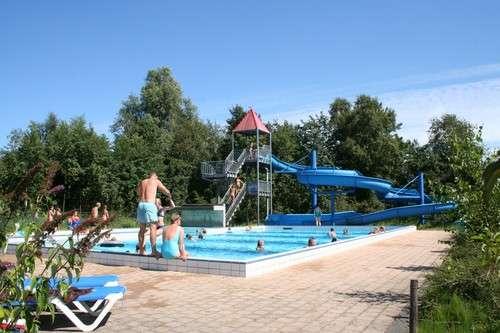 """Zwembad met glijbaan op Camping """"It Wiid"""""""