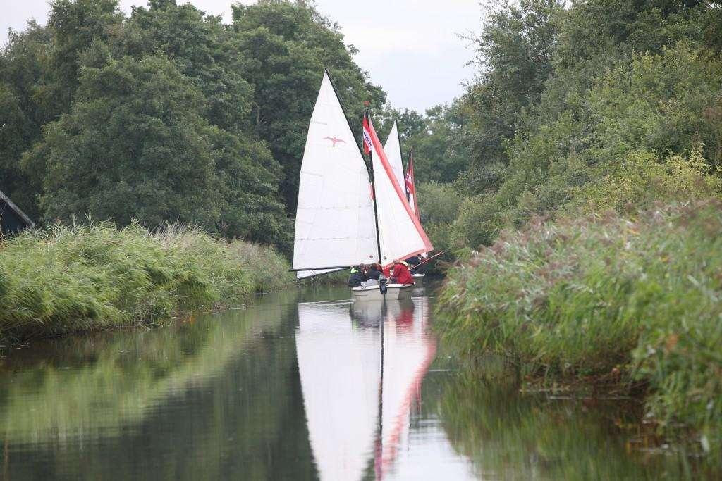 Zeilen in Friesland op nationaal park 'De Alde Feanen' bij Camping 'It Wiid'