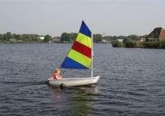 Optimist zeilboot bij de camping