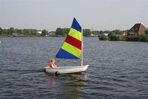 Optimist zeilboot bij de camping