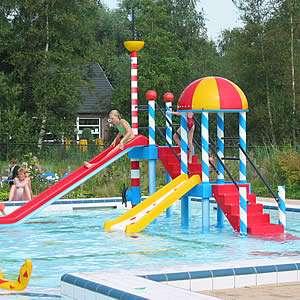 Kleine glijbanen van het zwembad