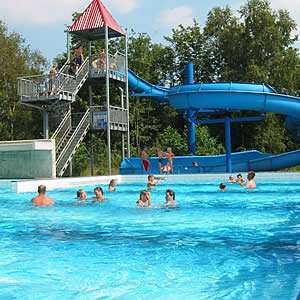 Glijbaan bij het zwembad